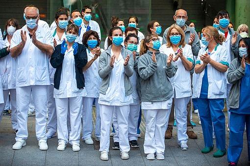 간호사 감사 감염 건강 관중 도시 미생물학 바르셀로나 바이러스 박수 병원 병원체 새로움 생물학 세균 스페인 여러명 위기 위험 유럽 유행병 의사 의약품 의학 조작 지저분함 직업인 직원 진료 질병 카탈루냐 코로나19 코로나바이러스 폐렴 해외포토